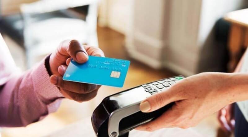 Khách hàng làm thủ tục thay đổi hạn mức thẻ tín dụng nhanh chóng, dễ dàng